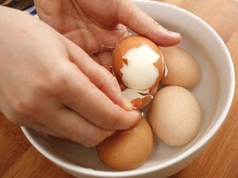 Làm sao để bóc trứng luộc dễ hơn